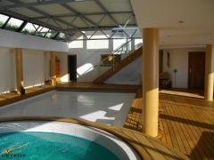 Dřevěná terasa Softline Teak kolem vnitřního bazénu