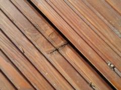 Seschlý a prasklý suk dřevěné terasy