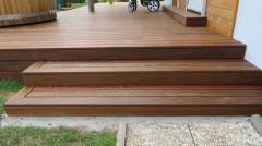 Schody z terasových prken vedoucí na zahradu