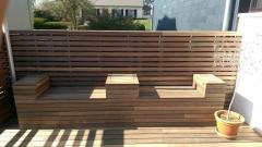 Dřevěná terasa a sezení Softline + obložení stěny Techniclic - Padouk