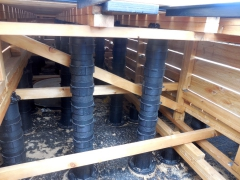Podepření konstrukce pro dřevěnou terasu pomocí vysokých Buzon PB terčů pod terasy o výšce až 965 mm