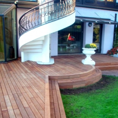 Dřevěné schody na terasu mohou být i zaoblené (Vetedy Group)