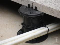 Prostor pod dlažbou na terčích pro rozvod kabelů
