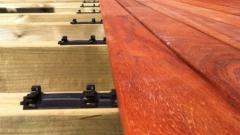 Detail terasových prken s úchytným systémem Softline z tropického dřeva Padouk