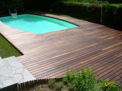 Terasa z tropického dřeva okolo bazénu (Softline-Vetedy)