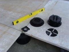 Instalace dlažby na rektifikační terče