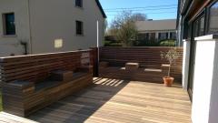 Dřevěná terasa a stěna z padouku - kombinace systémů Softline a Techniclic