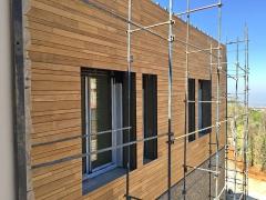 Dřevěná fasáda Techniclic se střídavým využitím různých šířek dřevěného obkladu