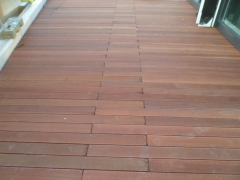 Dřevěná terasa z tropického dřeva s viditelným spojem