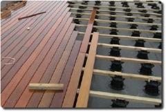 Podkladní rošt dřevěné terasy podepřený rektifikačními terči Buzon