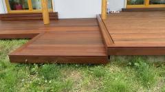 Dřevěná terasa je stupňovitá