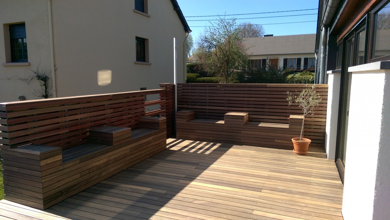 Dřevěná terasa a stěna z padouku