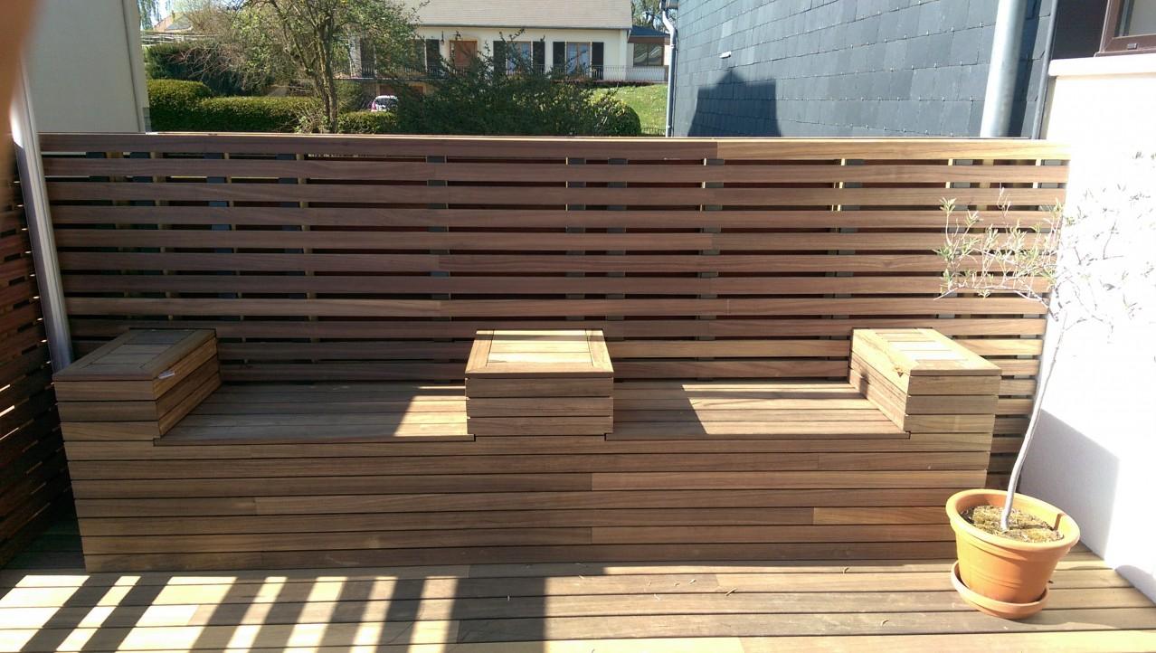 Dřevěná terasa, sezení i stěna z padouku