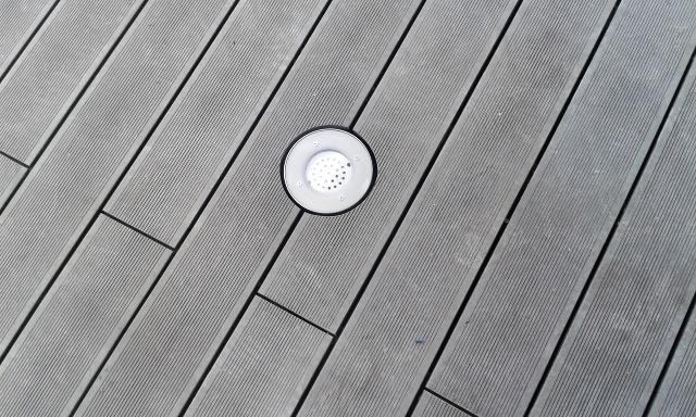 Detail wpc terasy - výřez kolem osvětlení
