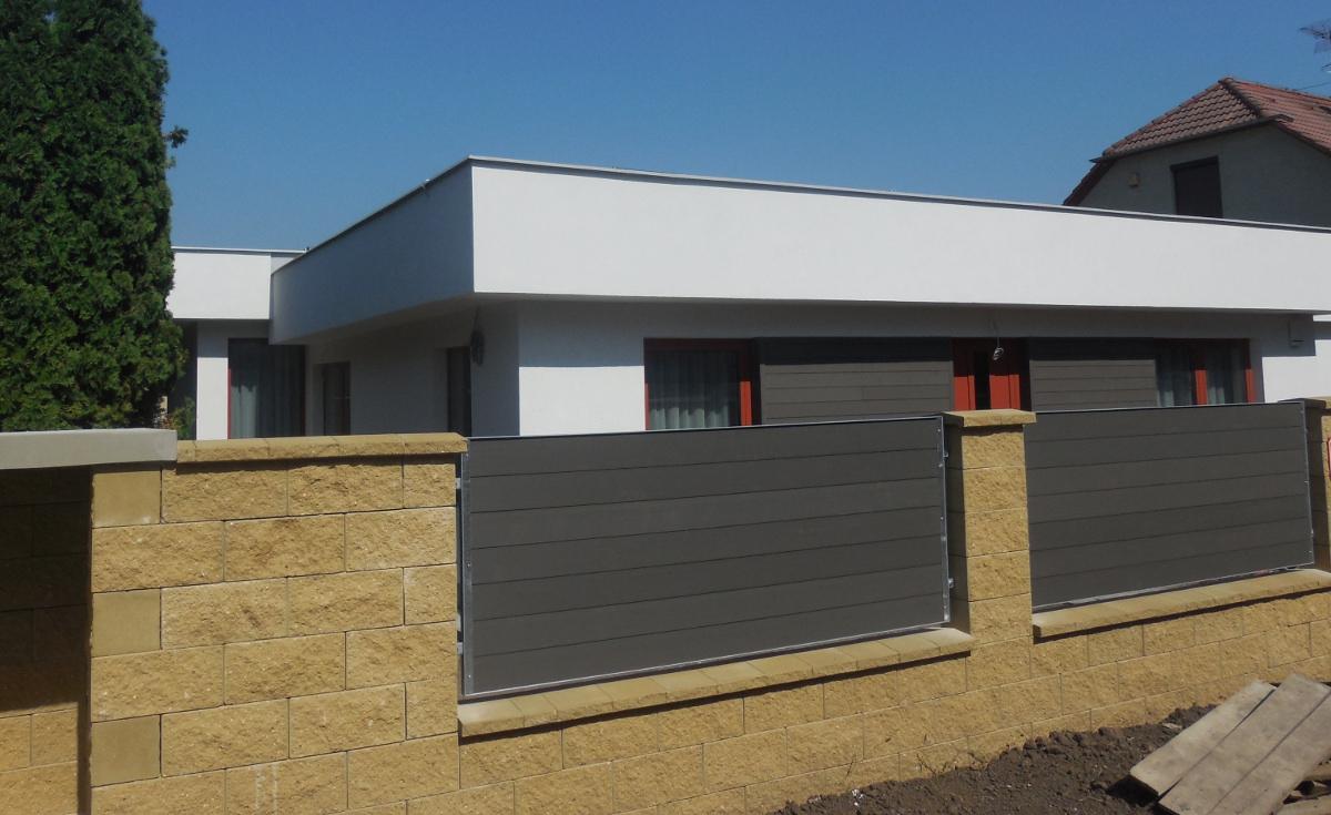 WPC fasáda a plot ve stejném tmavě šedém odstínu