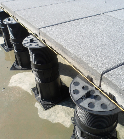 Terče pod dlažbu podepírající betonovou dlažbu