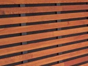 Detail dřevěného obložení stěny Techniclic s mezerníky 20 mm