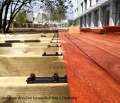 Dřevěná terasa Softline s Padouku - detail klip během instalace