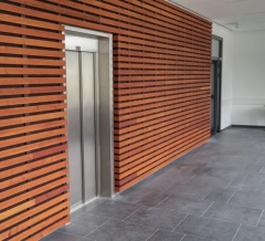 Dřevěné obložení stěny ze žluté borovice - Techniclic s mezerníky