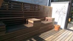 Stěna z dřevěného fasádního obkladu Techniclic s mezerníky - dřevina padouk