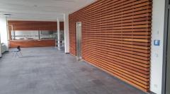 Dřevěné obložení stěny interiéru - Techniclic s mezerníky