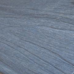 Embosovaný povrch u šedého prkna WPC Likewood 23