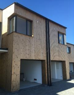 Vertikální instalace dřevěné fasády Rhombus SSS 20x92