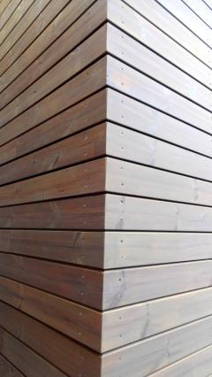 Detail rohu dřevěné fasády ThermoWood SSS Rhombus 20x92 mm