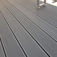 Balkon z wpc prken Likewood 25x140 mm šedá - detail