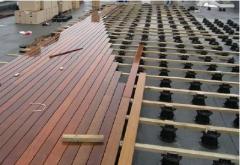 Pomocí rektifikačních terčů BUZON lze podepřít i dřevěnou terasu