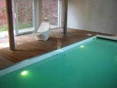 Teaková podlaha u bazénu v interiéru