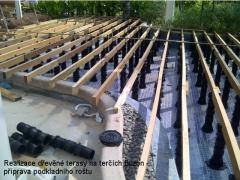 Rektifikační terče Buzon pod dřevěnou terasou z merbau