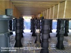 Rektifikační terče Buzon pod dřevěnou terasou detail