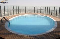 teaková dřevěná terasa u bazénu na střeše