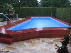 Obložení bazénu z dřevěných terasových prken Softline z padouku