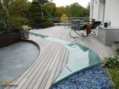 Dřevěná terasa z padouk v kombinaci se sklem - lázně Bad Nauheim