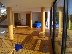 Dřevěná podlaha u bazénu v interiéru - Teak Softline 2