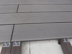 Detail montáže plných wpc prken Likewood 23 - napojení na délku