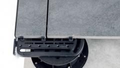 Použití U-EDGE podpěry pro podepření dořezů dlažby na okraji terasy - vrchní pohled