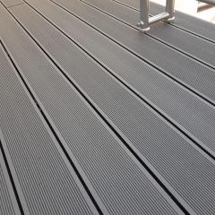 Balkon z wpc prken Likewood 25x140 mm šedá (r. 2020) - detail