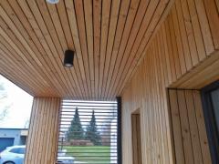 Dřevěný obklad stropu u domu ze sibiřského modřínu, systém Techniclic skytý spoj