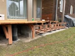 Konstrukce dřevěné terasy postavené na terčích Buzon (realizace 3/2021, Řež)